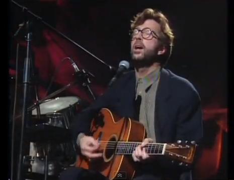 Clapton, com seu violão Martin 000-42 que, em 2004 foi vendido em um leilão por US$ 791.500,00 (foto: Divulgação)