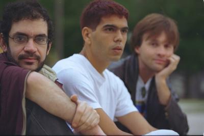 Renato Russo, Dado Villa-Lobos e Marcelo Bonfá, apostaram em manter a formação mínima para o Acústico MTV (foto: Divulgação)