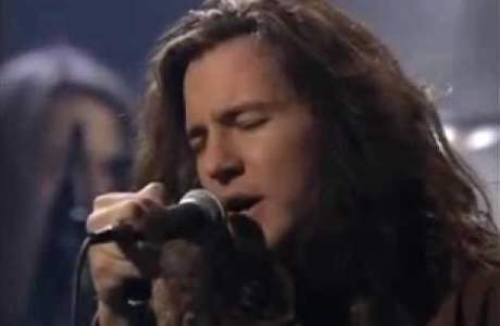 Eddie Vedder colocando todas suas emoções em Black, no MTV Unplugged