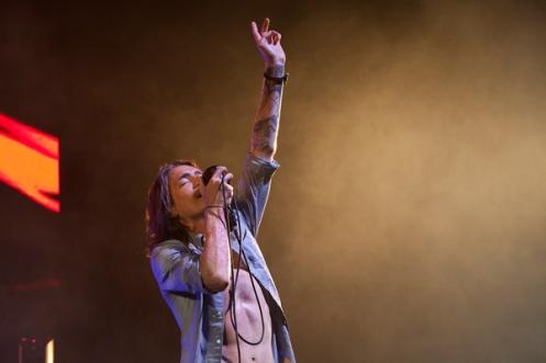 Brandon Boyd, vocalista e letrista do Incubus, no palco com sua banda  (foto: Justin Wysong/brandonboyd.me)